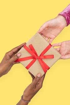 Cadeau de la saint-valentin avec diverses mains