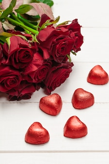 Cadeau saint valentin pour une femme sur une table en bois