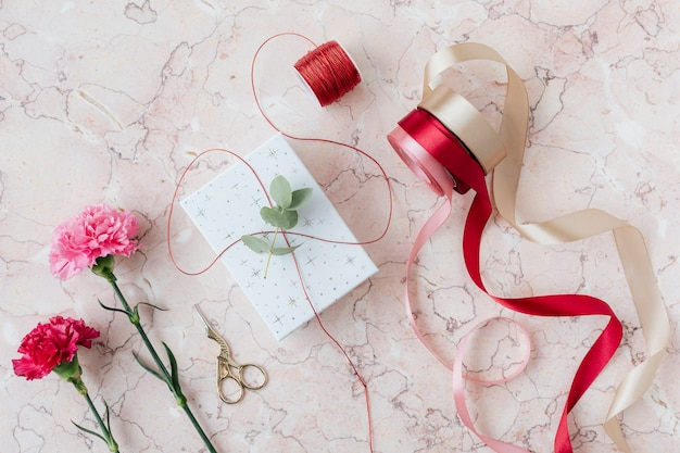 Cadeau surprise de la saint-valentin sur une table en marbre rose