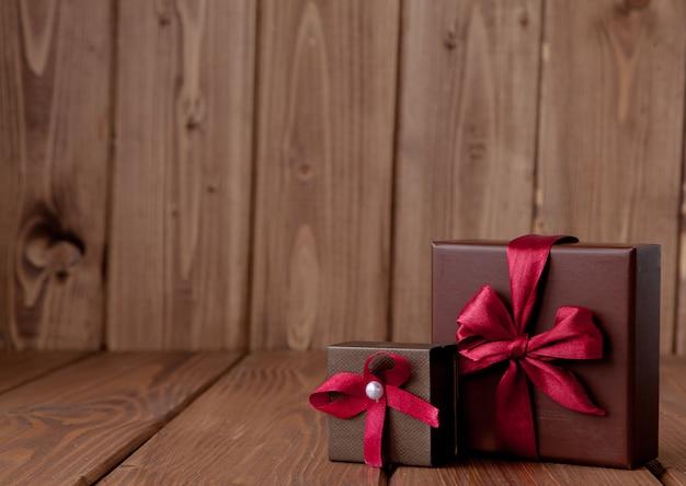Cadeau sur table en bois. photo dans l'ancien espace de copie de style d'image couleur