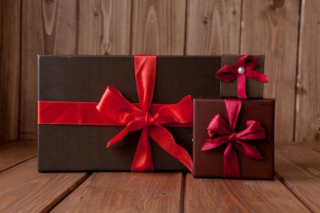 Cadeau sur table en bois. photo dans l'ancien style d'image couleur.