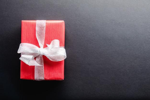 Cadeau sur table noire et fond