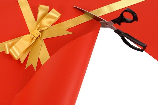Cadeau en train d'être ouvert avec des ciseaux