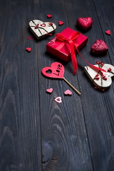 Cadeau de vacances et coeur sur fond en bois