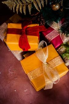 Cadeau de vacances sous l'arbre de noël