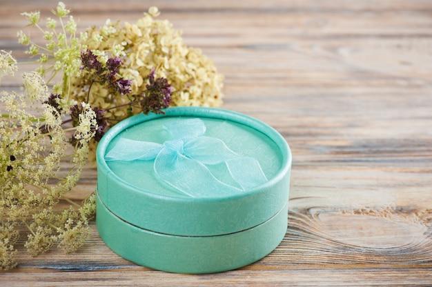 Cadeau vert menthe fabriqué à la main avec noeud, fleur