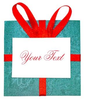 Cadeau vert avec ruban rouge et archet. isolé