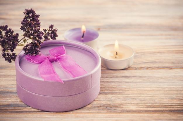 Cadeau violet artisanal avec noeud