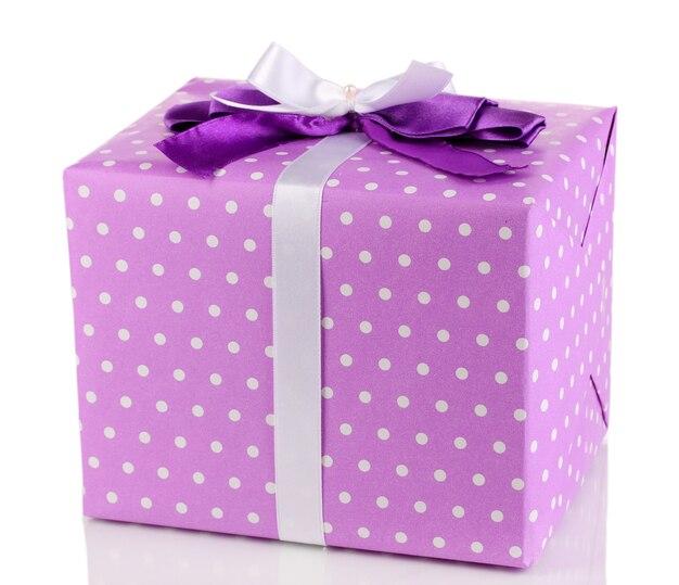 Cadeau violet coloré avec archet isolé sur blanc