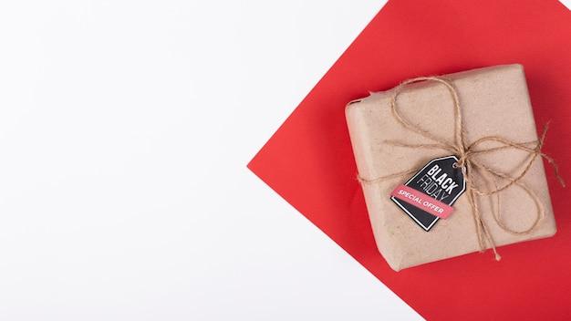 Cadeau vue de dessus avec étiquette de vendredi noir
