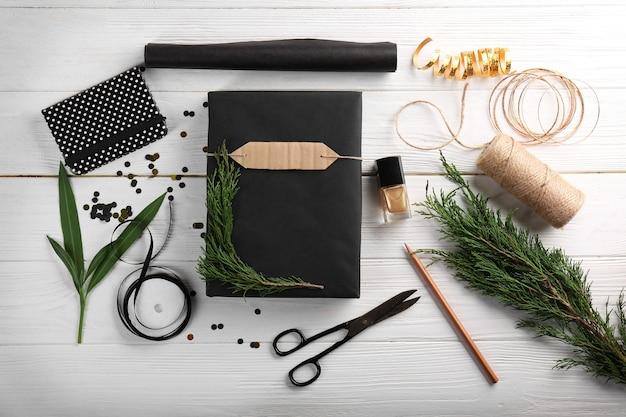 Cadeaux et accessoires de noël fabriqués sur table