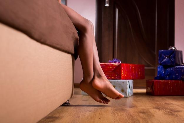 Cadeaux d'anniversaire près du lit d'un enfant afro aux pieds nus à côté des cadeaux de ma famille maintenant je suis un ...