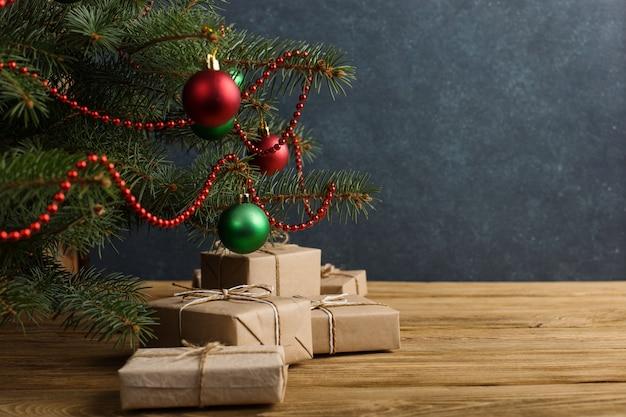 Cadeaux artisanaux sous l'arbre