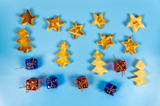 Cadeaux de biscuits de noël sur un bleu.