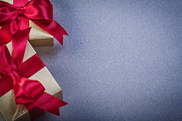 Cadeaux en boîte sur surface grise