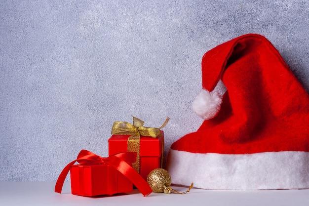 Cadeaux de bonnet de noel avec ruban rouge