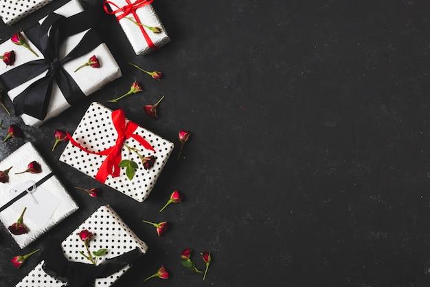 Cadeaux avec boutons floraux et espace de copie