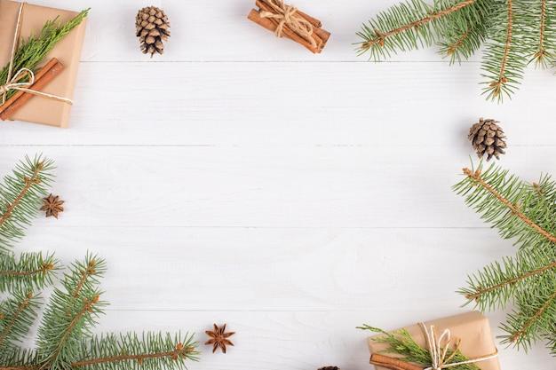 Cadeaux et branches de sapin forment un cadre