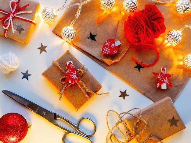 Cadeaux de bricolage emballés dans du papier kraft.