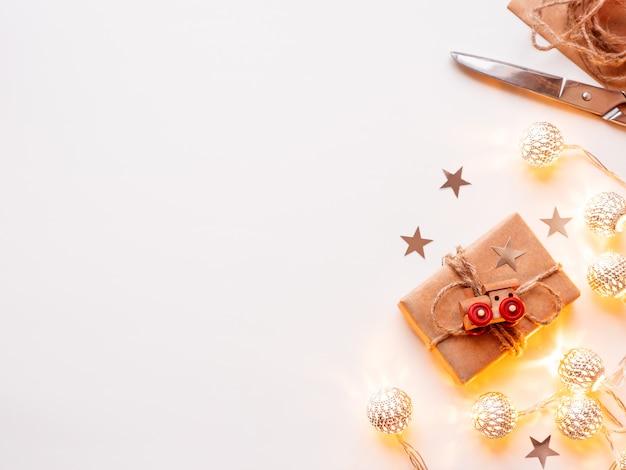 Cadeaux de bricolage emballés dans du papier kraft