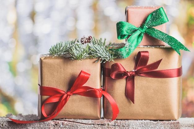 Cadeaux brown avec des arcs rouges et un vert