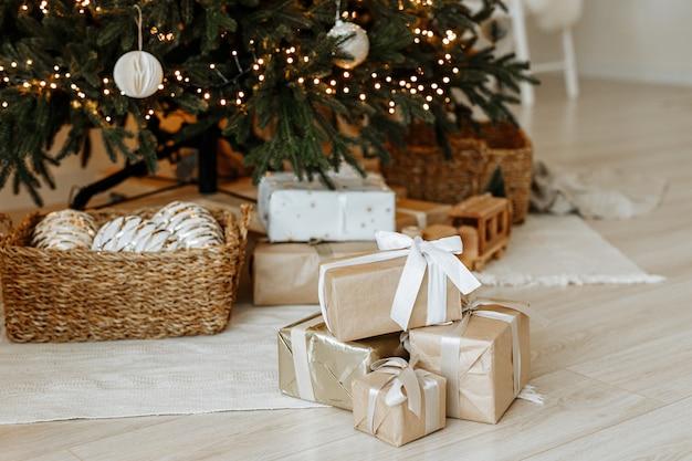 Cadeaux et cadeaux sous l'arbre de noël