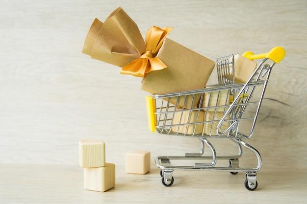 Cadeaux en charrette, préparation pour les vacances, shopping.