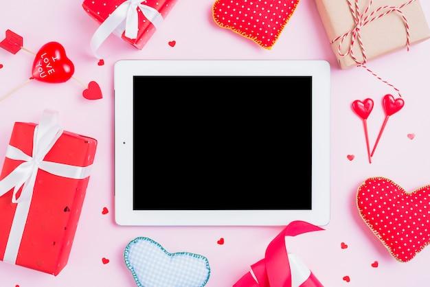 Cadeaux et coeurs autour d'une tablette