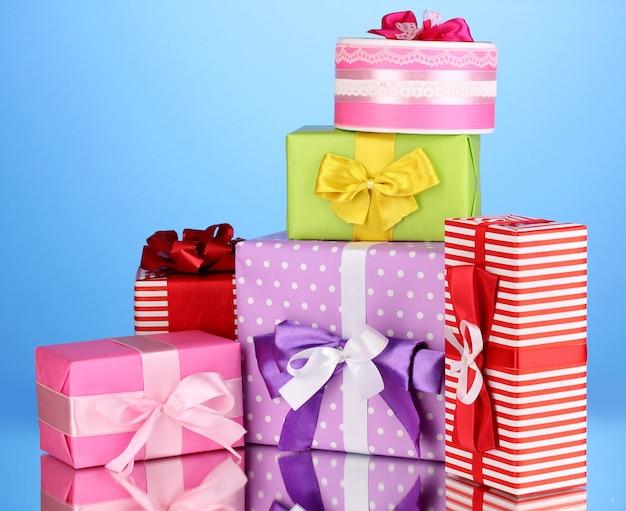 Cadeaux colorés sur fond bleu