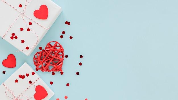 Cadeaux avec des confettis de coeur pour la saint-valentin