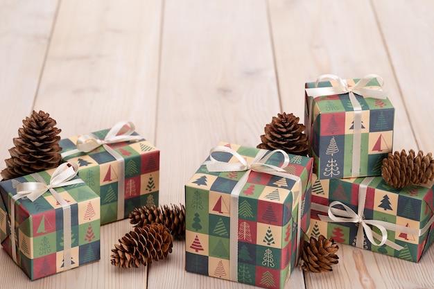 Cadeaux dans des boîtes, emballés dans du papier avec noël. le concept de surprises et de souvenirs pour les proches.