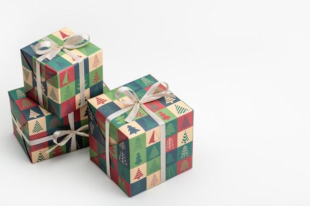 Cadeaux dans des boîtes, emballés dans du papier avec des photos de noël et du nouvel an. isolé sur blanc.