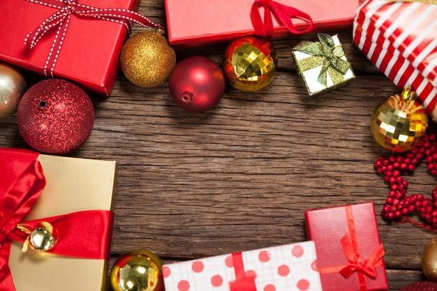 Cadeaux et décorations pour les cadeaux sur un bois