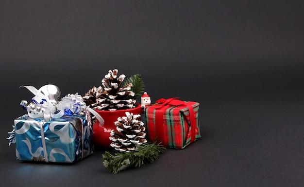 Cadeaux et décorations le soir de noël avec un fond noir.