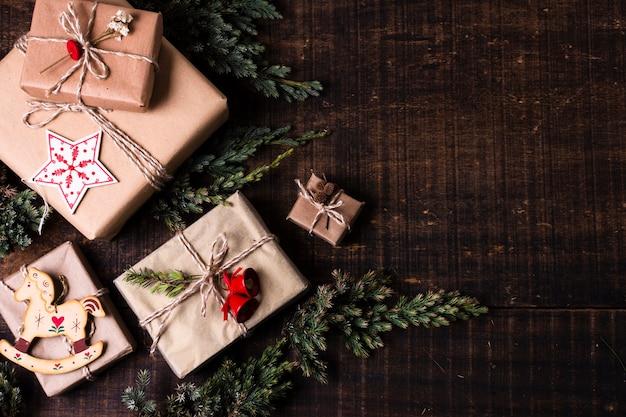 Cadeaux emballés mignons avec espace de copie