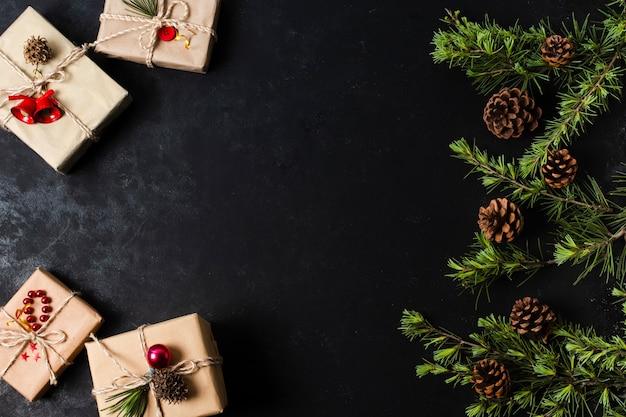 Cadeaux emballés mignons sur fond noir avec espace de copie