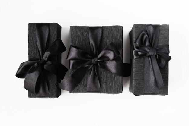 Cadeaux emballés noirs sur fond uni