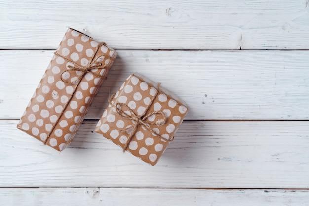 Cadeaux emballés sur planche de bois blanc