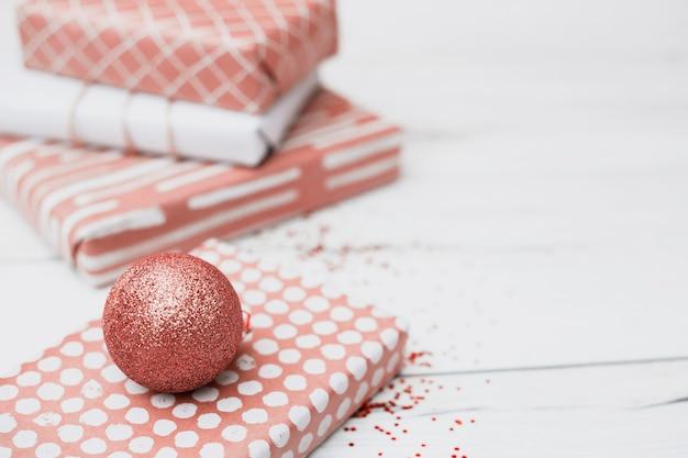 Des cadeaux emballés près des boules de noël