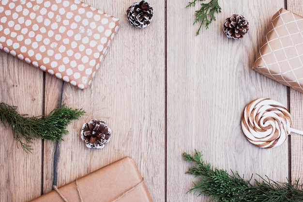 Des cadeaux emballés près d'une sucette et de chicots