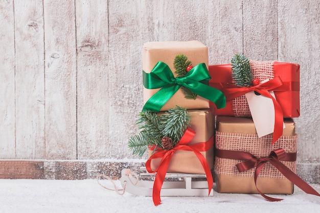 Cadeaux empilés avec des arcs colorés