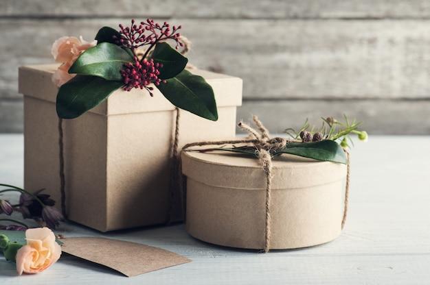 Cadeaux et étiquettes fabriqués à la main
