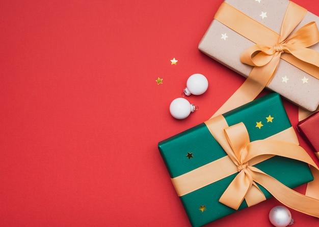 Cadeaux avec étoiles dorées et globes pour noël