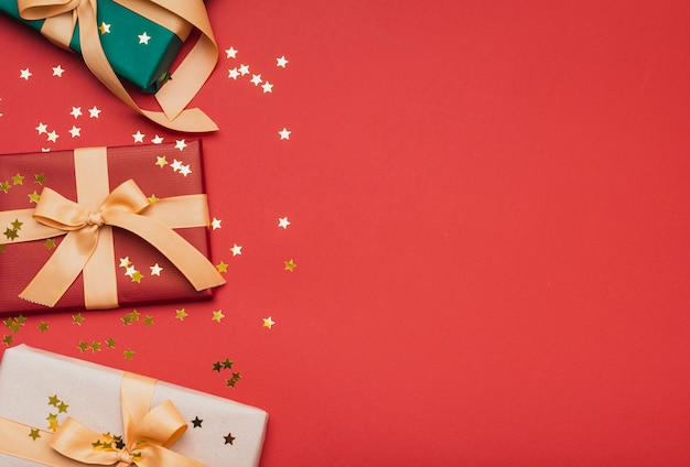 Des cadeaux avec des étoiles d'or pour noël