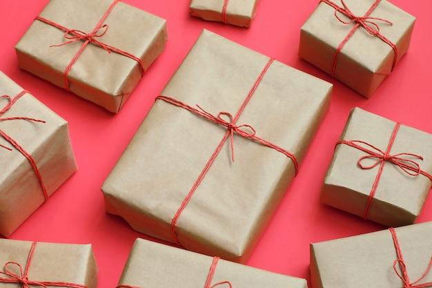 Cadeaux faits à la main avec de la ficelle rouge