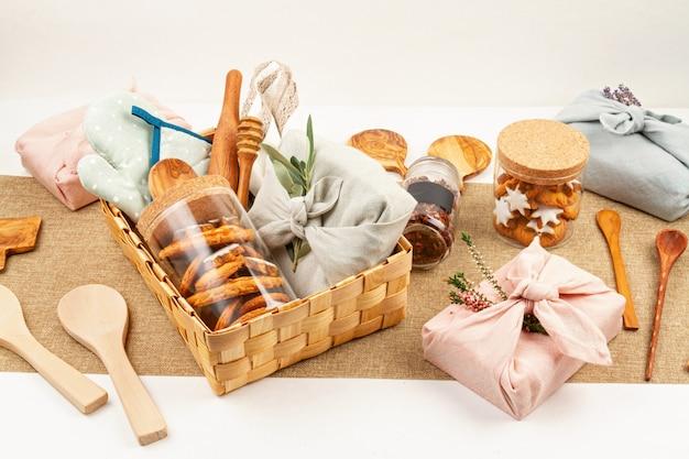 Cadeaux faits maison zéro déchet pour noël et autres fêtes. emballage rustique, réutilisable et écologique sans plastique