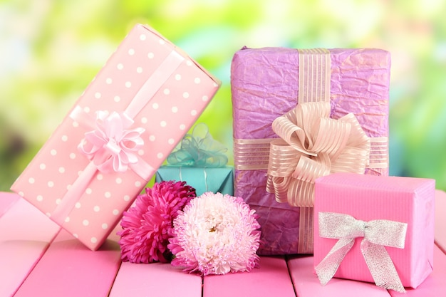 Cadeaux et fleurs, sur fond de nature