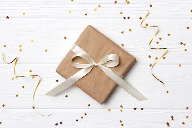 Cadeaux sur fond clair confettis et rubans place pour texte