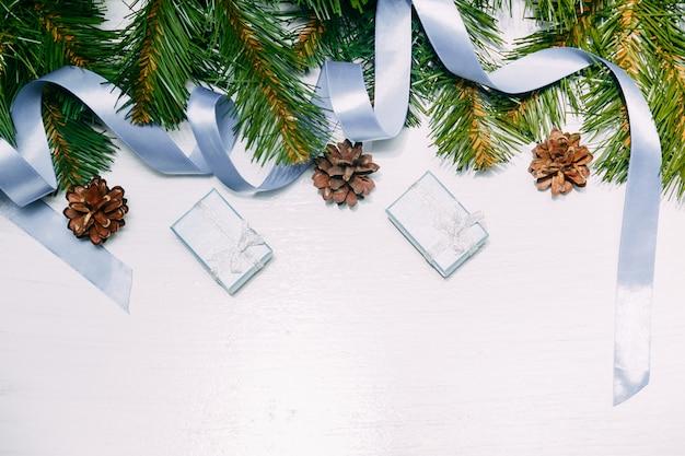 Cadeaux et fond d'ornements du nouvel an