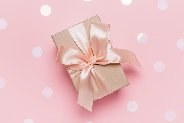 Cadeaux sur fond rose, concept d'amour et de valentine
